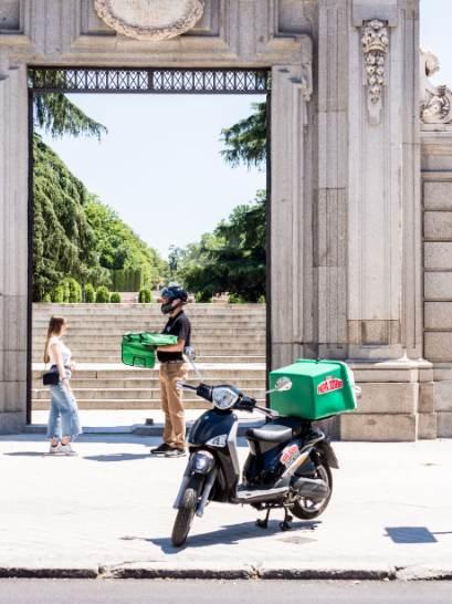 profesionalhoreca, entregando una pizza Papa John's en un monumento