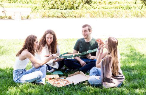 Profesionalhoreca, comiendo pizza Papa John's en un parque