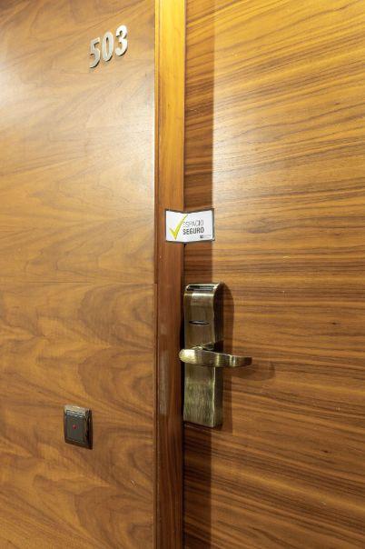 profesionalhoreca, precinto de seguridad en una puerta de habitación de Sercotel Hotel Group