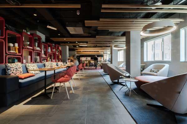 Profesionalhoreca, eco cemento en el suelo de esta cafetería de un hotel Aloft