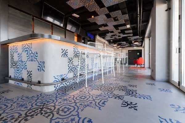 Profesionalhoreca, eco cemento estampado en el bar de un hotel Aloft