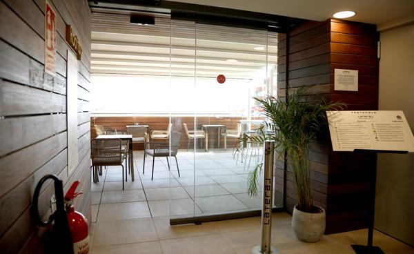 Profesionalhoreca, puertas automáticas Magaiz en un restaurante