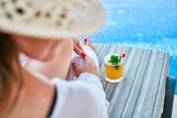 Profesionalhoreca, tomando una copa en la tumbona de la piscina