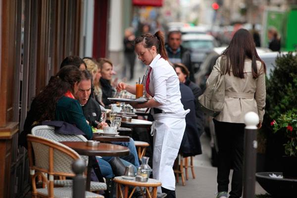 Profesionalhoreca. camarera sirviendo en una terraza