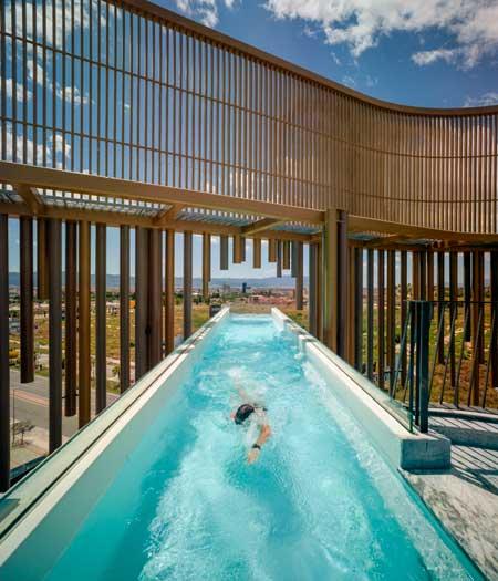 Profesionalhoreca, la piscina en voladizo de Odiseo