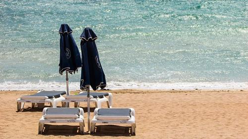 Profesionalhoerca, tumbonas en una playa