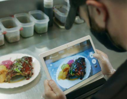 profesionalhoreca, sacando foto de un plato con un iPad