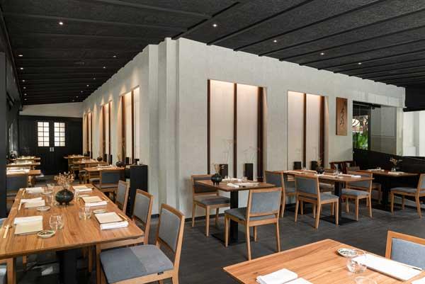 Profesionalhoreca. terraza integrada del restaurante Ta-Kumi de Marbella, proyecto del estudio Paco Lago