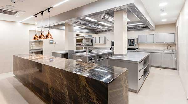 Profesionalhoreca, Cocina del restaurante Cinc Sentits, diseñada y equipada por Proinsfred