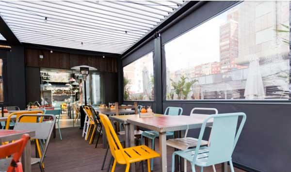 Profesionalhoreca, toldo vertical y pérgola bioclimática Saxun en la terraza de un restaurante de Madrid
