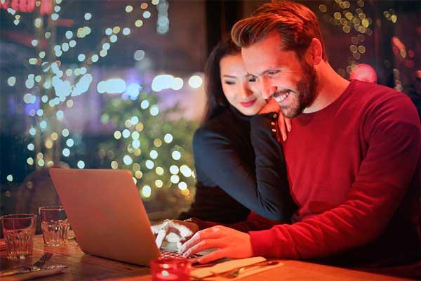 Profesionalhoreca, pareja ante un ordenador en Navidad