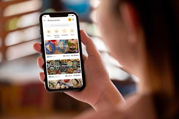 Profesionalhoreca, viendo la app de Glovo en el móvil