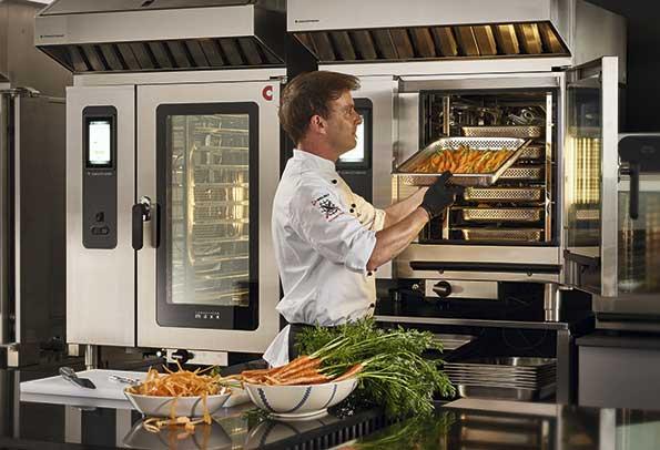 Profesionalhoreca, chef cargando una bandeja en el horno Convotherm Maxx
