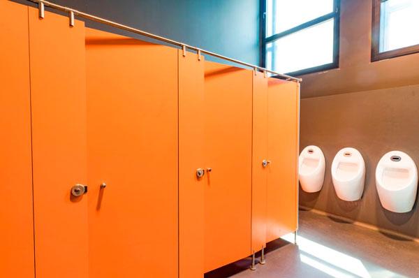 Profesionalhoreca, cabinas sanitarias de Gabarró Hermanos en un baño