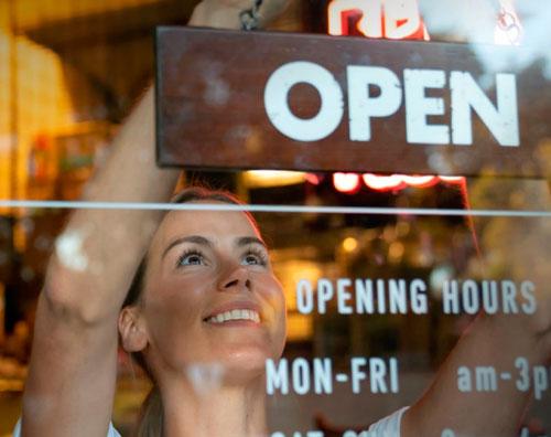 Profesionalhoreca, abriendo la puerta de un restaurante, Tork