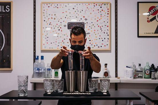 Profesionalhoreca, barman elaborando cócteles