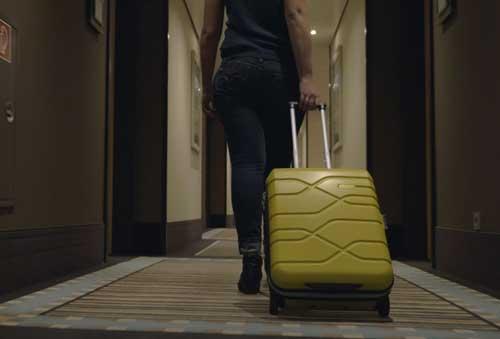 Profesionalhoreca, huésped en el pasillo de un hotel