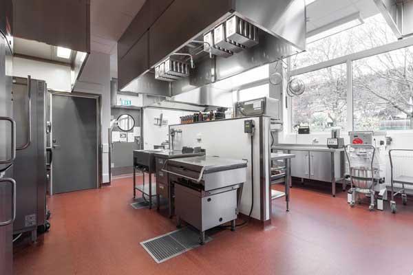 Profesionalhoreca, la cocina del centro escolar Gräshagsskolan, impoluta con suelo y revestimiento Altro