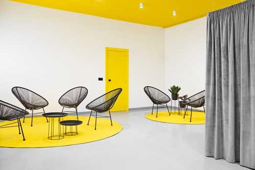 Profesionalhoreca, sala decorada con los colores Pantone 2021