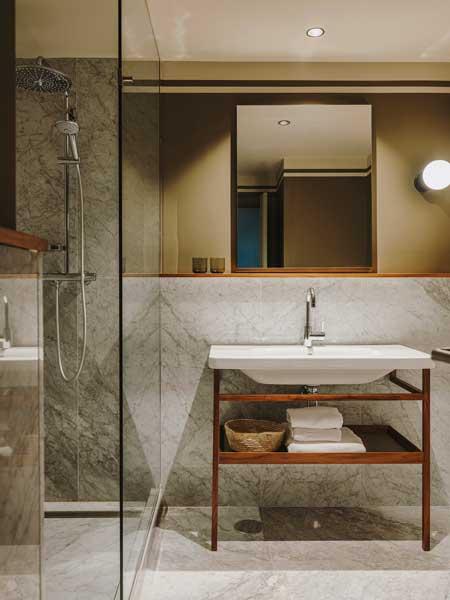 Profesionalhoreca, baño de una de las nuevas habitaciones del hotel Chiqui