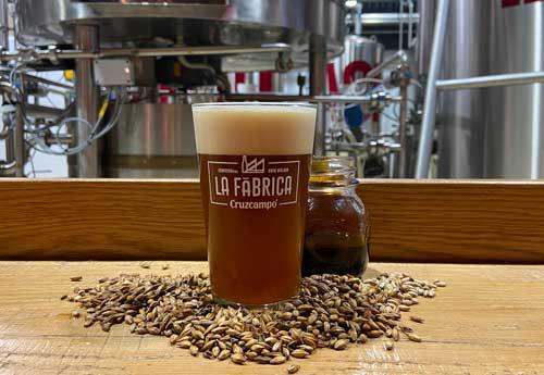Profesionalhoreca, cerveza Cruzcampo Strong Ale con 'miel de caña' de Frigiliana.