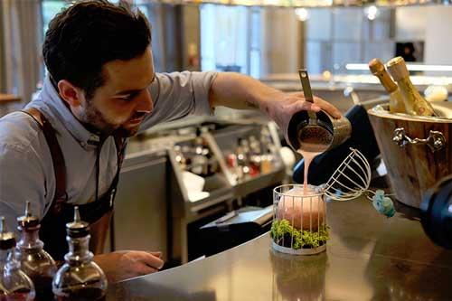 Profesionalhoreca, bartender del hotel Arts preparando un cóctel