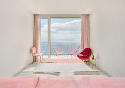 Profesionalhoreca, habitación de hotel decorada en tono rosa pastel