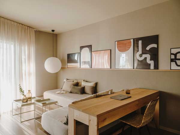Profesionalhoreca, Escritorio y salón de una de las nuevas habitaciones del hotel Chiqui