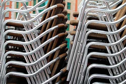 Profesionalhoreca, sillas de una terraza de bar apiladas