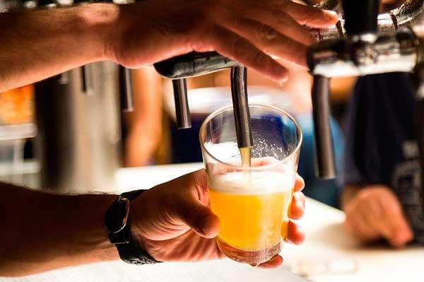 Profesionalhoreca, tirando cerveza