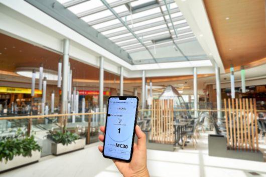 Profesionalhoreca, la aplicación Timesapp en un móvil, en un centro comercial