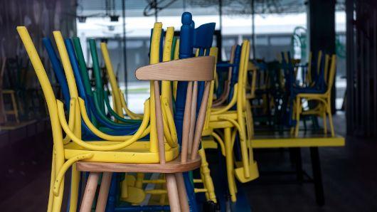 Profesionalhoreca, sillas apiladas en un bar cerrado