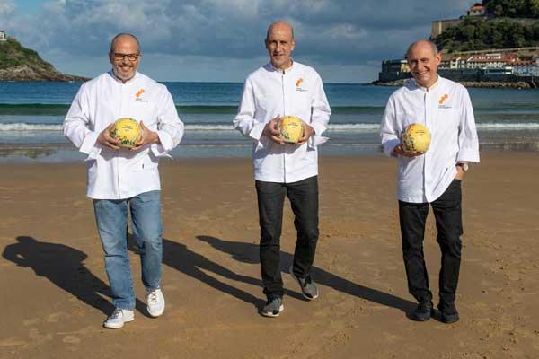 "Profesionalhoreca, Jordi Vilà, Pedri Arregi y Paco Pérez, los tres nuevos chefs ""trisoleados"", en la playa de La Concha, en San Sebastián"