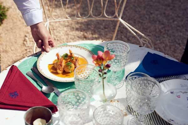 Profesionalhoreca, comida en el jardín del hotel Cristine Bedfor en Mahón
