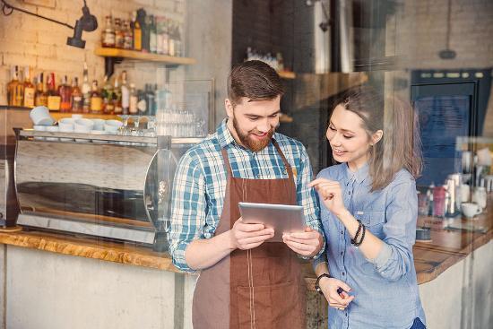 Profesionalhoreca, hosteleros consultando una tablet