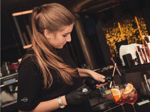 Profesionalhoreca, chica bartender con uniforme de Circoolar