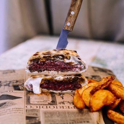 Profesionalhoreca, hamburguesa de Nugu Burger, que se acaba de cocinar dentro del pan