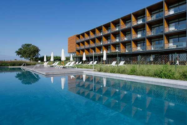 Profesionalhoreca, fachada y piscina del hotel Empordà Golf