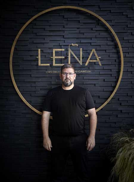 Profesionalhoreca, Dani García posa en el nuevo restaurante Leña, en el hotel Hyatt Regency Hesperia de Madrid