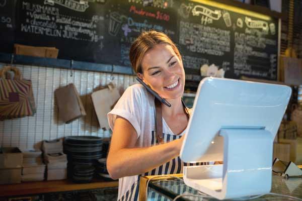 Profesionalhoreca, camarera con un TPV en un restaurante