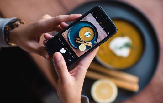 ProfesionalHoreca, foto de un plato con el móvil, digitalización de restaurantes
