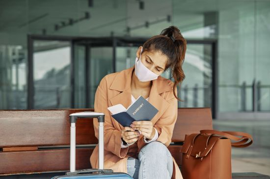 ProfesionalHoreca, viajera con pasaporte en un aeropuerto