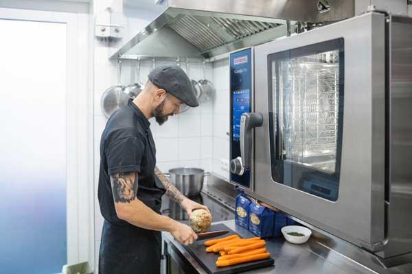 profesionalhoreca, cocinero con un horno iCombi Pro