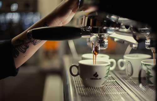 Profesionalhoreca, barista realizando un café