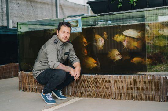 ProfesionalHoreca, el chef Diego Gallegos ante las instalaciones de acuaponía del restaurante Sollo