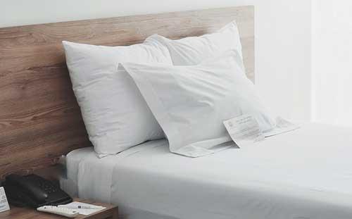 Profesionalhoreca, bolígrafo en la mesilla, junto a la cama de un hotel